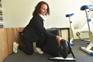 Mycket ska ordnas med och Jenny Martinell packar upp ett massagebord som ska användas under en av kurserna.
