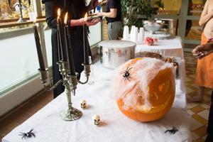 Karlbergsbadet var dekorerat med blodiga handavtryck på fönster, spindelväv, pumpor, dödskallar och spindlar. Dessutom gjorde kolsyreisen tillsammans med vatten att det kom massor av mystisk rök vid serveringsbordet.