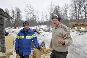 Örjan Stefansson länsstyrelsen och Johan Kihlgren, lärare på timringsutbildningen på Sjöviks folkhögskola.