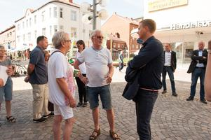 Gustav Fridolin mötte väljare för samtal på Storgatan.
