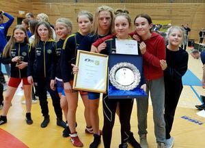 Sundsvalls AIK:s Alva Nyberg tog guld, men fick även ta emot pris som bästa kvinnliga brottare under Soft Touch Open i Göteborg. Alva flankeras här av några fler av SAIK:s löften.