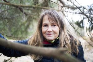 Maya Olsson känner sig trygg och hemma i skogen.