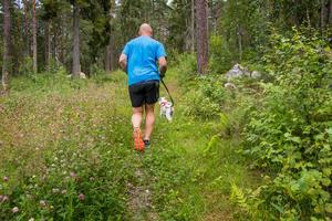 Anders Nilsson bytte livet i storstaden mot hundliv på landet. Han och frun Louise driver nu hunddagis, hundpensionat och hundfrisör utanför Örebro.