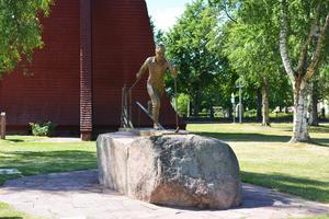 Sedan vidare mot Mora-Nisses staty...