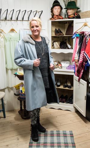 """På nostalgiavdelningen finns tidstypiska kläder. Den här kappan från Treviva LBM kostar 275 kronor. """"När vi hade modevisning tog biljetterna slut"""" berättar Marianne Rådbo."""