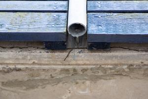 En lång centimeterbred spricka i betongen gör att betongstycken när som helst kan falla.