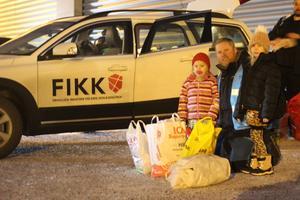 Daniel Brodin, verksamhetschef för organisationen FIKK, frivilliga insatser vid kris och katastrof, tillsammans med två flickor som skänkt kläder och sina nallar till de drabbade.