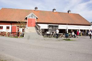 I den stora ladan finns restaurang och bageri. Här hyr en av de drygt 20 entreprenörerna som verkar på Wenngarn.