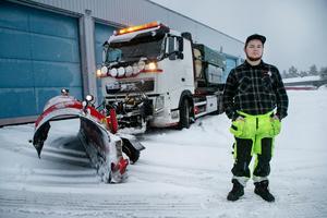 Únder dygnet har Peab haft igång 27 åkare för att kunna hålla vägarna öppna, däribland Linus Persson.