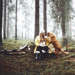 Storåbon Angelica Rosengren njuter av en skogspromenad med det självklara sällskapet.
