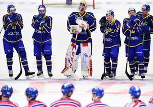Mikael Wikstrand, tvåa från vänster, och hans Tre Kronor föll mot Tjeckien. Bild: Bildbyrån