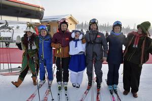 En fattas: men fr.v: Myria, Pernilla  Wiberg, Kajsa Kling, Flinga, Jens Byggmark, Frida Hansdotter och Mossa.