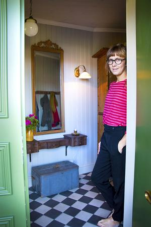 Tack vare utbyggnaden har huset nu fått en rejäl hall inredd med loppisprylar och uthusfynd. I korgkistan förvaras familjens skor.