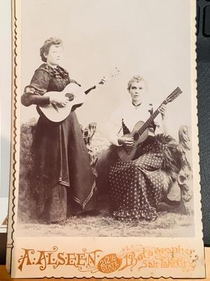 Olofs vänner, Annie Svenson och Augusta Ohlin i Murray, Utah, poserar med varsin gitarr i fotostudion