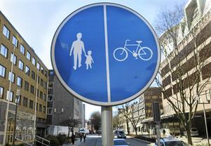 Skribenten efterlyser fler delade gång- och cykelbanor.