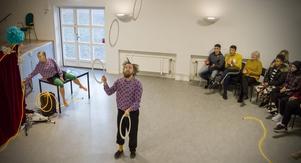 Johannes Starke visar sin skicklighet med ringarna genom att jonglera flera högt i luften.