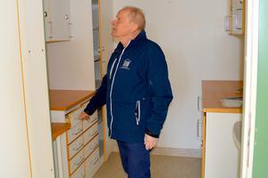 Torbjörn Orr inspekterar vad som snart kommer att bli lägenheter.