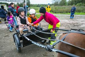 Här är det Elma Hallström och Edvin Ramsell som testar sulkyn i samband med ett tillfälle att prova på trav i Hammerdal. Jennifer Hanssons mål är att travsport ska bli en hobby likväl som innebandy, fotboll och ridsport.