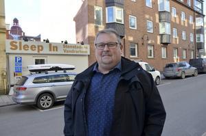 Fredrik Nordlander vill riva sitt vandrarhem på Trädgårdsgatan och bygga ett bostadshus på fyra våningar.