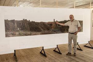 Kenneth Sundh framför en av sina bilder av Falu koppargruva. Den består av 21 enskilda bilder och är hans största fotografi någonsin.
