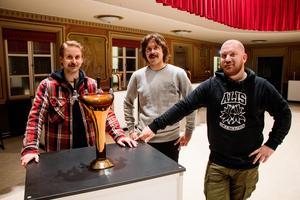 Biljetterna såldes slut för över en månad sedan, och Kulturhuset är redan bokat till nästa år. Martin Ficks, Stefan Olofsson och Kenny Nordh inser att de skulle kunna  se sig om efter en större lokal, men uppskattar samtidigt känslan i den här lokalen.