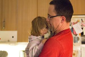 Pappa Johan och treåriga Lovisa.