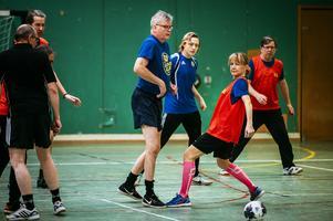 Lars Wallentin och Satu Bondén var två av deltagarna när det spelades gåfotboll i Katrinelunds idrottshall.
