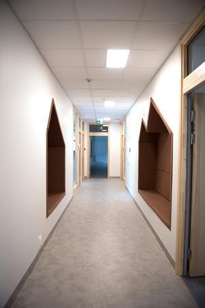 De infällda sittplatser i korridorerna och kapprummen är tänkt att utnyttjas som uppehållsytor under rasterna.