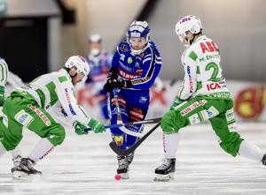Stefan Edberg och Måns Engström i VSK-försvaret gjorde en bra match men fick se sig slagna av Joakim Anderssons Villa Lidköping. Bild: Adam Ihse/TT