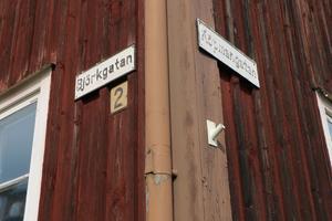 i hörnet av Björkgatan och Köpmangatan ligger det så kallade Jazzhuset. Den rätta adressen är Björkgatan 2. Intill huset, på andra sidan vägen, ligger Eskilsgården/Symfoniorkesterns hus, tillika Köpmangatan 25.