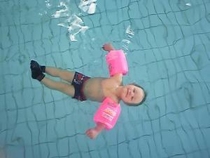 Hakuna Matata! Mitt barnbarn Casper Alexandersson som njuter i vattnet under babysimpass.