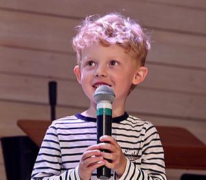 """Noah Lidbrandt 4,5 år hjälpte Emilia Lindberg i sången """"Det gamla bönehuset"""". Foto: Peter Stillberg"""