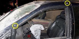 Här syns kulhål på bilen som Laxåbon körde. Bild från polisens förundersökning.