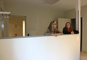Entré med hatthylla till vänster i bild. Väggen som Eva Sape och Kajsa Säll lutar sig mot gör det möjligt för brukaren att ha översikt över rummet. Samtidigt som det går att sitta ostört mot väggen i en soffa.