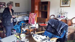 Visserligen får de boende hjälp med flytten från Karlslunds servicehus men Mikaela Engvall vill ändå packa några saker själv.