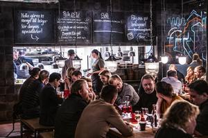 Från och med lördag den 7 juli ska en meters avstånd hållas mellan varje sällskap på en servering. OBS: Genrebild.