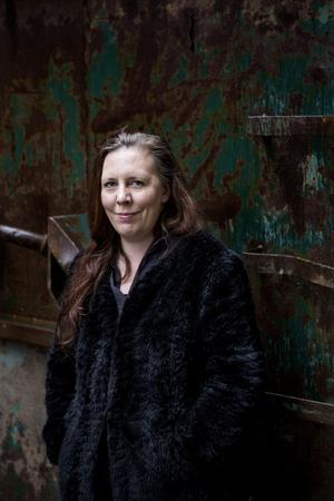 """Martina Montelius har flera premiärer under hösten, bland annat har hon skrivit en version av """"Hans och Greta"""" för Orionteatern och i november går hennes nyskrivna monolog """"Föddhora"""" upp på egna Teater Brunnsgatan fyra. Därför har hon ännu inte hunnit sett """"Förhör"""" på Nya china i Örebro – men på lördag kommer hon. – Det ska bli väldigt kul, förstås, säger hon. Foto: Christine Olsson / TT"""