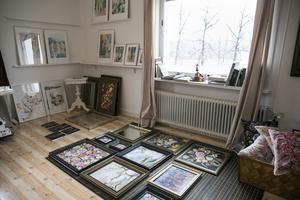 På övervåningen har Susanne en ateljé där hon skapar.