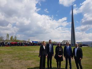 Delegationen utanför folkmordsmonumentet i Armenien: Boel Godner (S), Sarkis Khatchadourian (S), Linda Sjögren, gruppledare för Vänsterpartiet i Södertälje, Simon Der Sahagian och Aram Yanekian, Svensk-Armenisk Kommitté för Rättvisa och Demokrati. Foto: PRIVAT