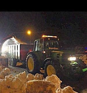 Traktorn med dumpervagn som stals natten mot torsdagen.