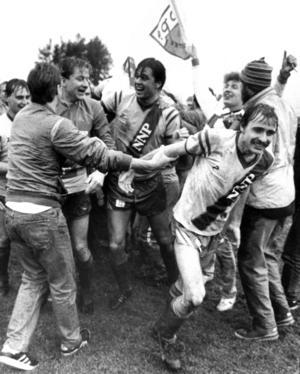 Stor glädje efter straffavgörandet i kvalet mot Karlstad. Bruno Jansson, ursprungligen från Tandsbyn, sliter sig ur segergreppet från Kent Fryklund, Mats Lindvall och de andra.