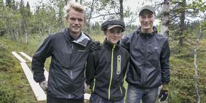 Mattias Bångman, Linus Sörlin och Max Novak är ute och ser till att vandrare och löpare kan ta sig torrskodda över blöta partier av leden.