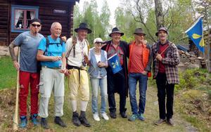 Gänget som en gång drog igång föreningen Dalkarlsvägen, samlade vid Norlingberg. Från vänster Trons Lasse Mattsson, Per Gilén (nykomling), Fjärdsmans Olof, Elisabeth Ståhl, Leif Kratz, Stig Meiton och Runar Tommila.