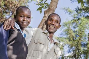 Peter Chereu bedriver agroforestry på sin gård i närheten av Mount Elgon i Kenya. Här med sin dotter Veronica. Foto: Marcus Lundstedt