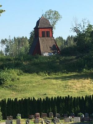Klockstapeln vid Frötuna kyrka är från tidigt 1800-tal och ligger svårtillgängligt. Ändå har klottrarna tagit sig dit. Foto: Peter Lithen