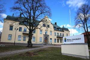 Häktningsförhandlingar hölls mot tre av de misstänka för rånet mot en man i Mora under måndagskvällen i Mora tingsrätt.