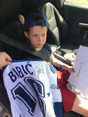 Benjamin fick en signerad tröja av Alen Bibic efter olyckan.