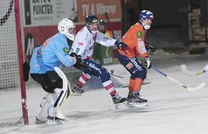 Pertti Virtanen och lagkapten Andreas Westh höll koll på Simon Jansson i fredagens derby på Sävstaås.