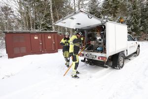 Linjemontörerna Christoffer Eklund och Niklas Olsson har testat den nya elkabeln och efter godkännande från ledningscentralen har de kunnat slå på strömmen ute på Håtö igen.