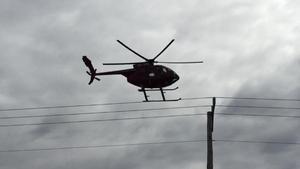 Bilden togs på annan plats i landet under en ledningsinspektion. Perspektivet gör att det nästan ser ut som om helikoptern landat på ledningen. Foto: Pelle Pettersson